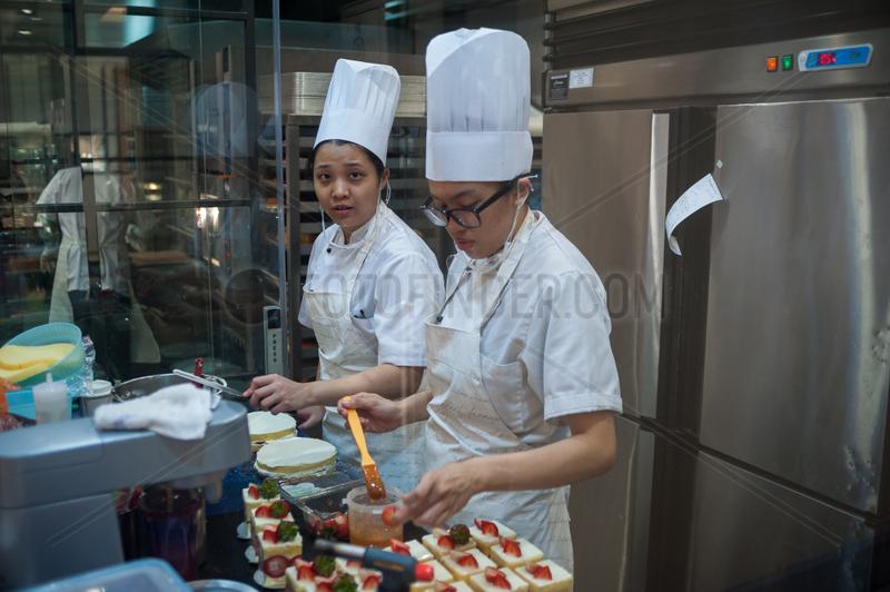 Singapur,  Republik Singapur,  Angestellte in einer Konditorei im Wisma Atria