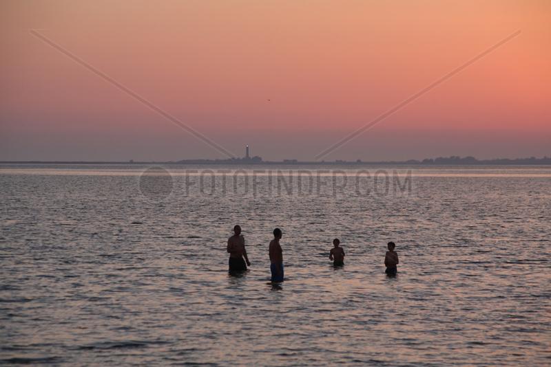 Strukkamp,  Deutschland,  Urlauber nehmen ein Bad in der Ostsee