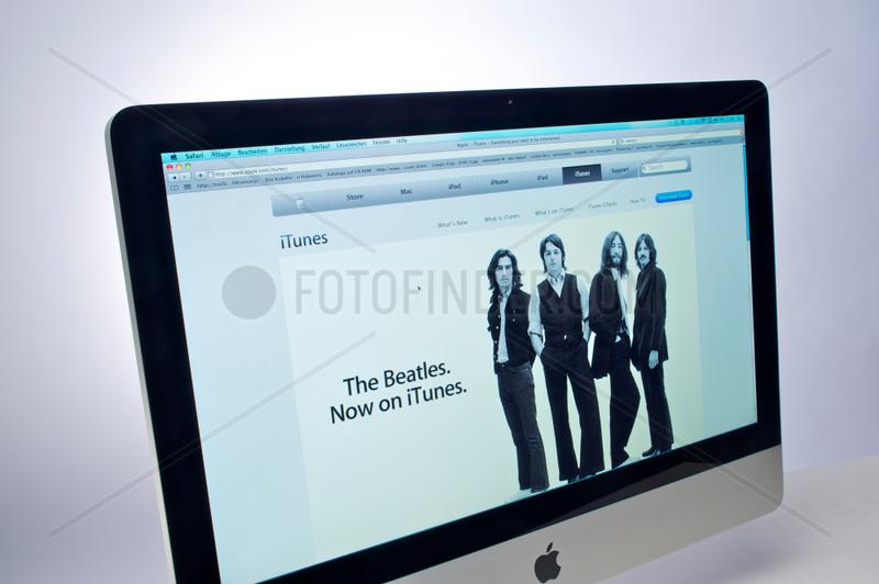 Hamburg,  Deutschland,  Apple-Internetseite mit Werbung fuer iTunes auf einem Apple-iMac