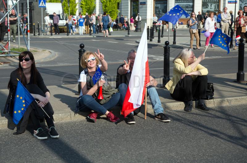 Warschau,  Polen,  Demonstranten mit Polen- und Europafahnen ruhen sich aus