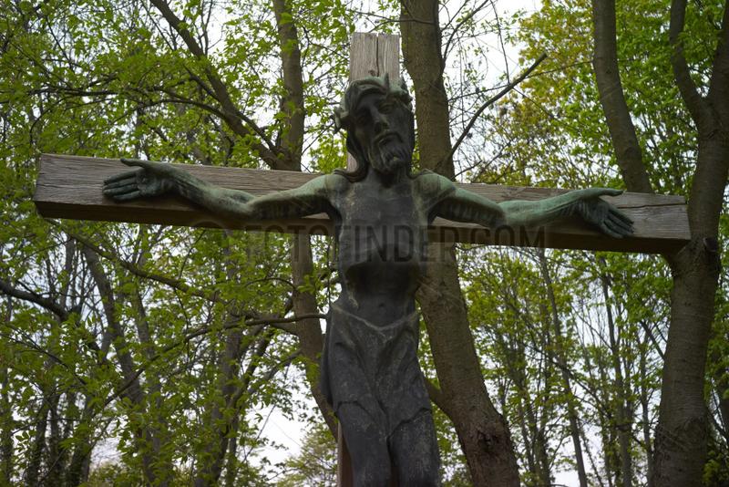 Berlin,  Deutschland,  Jesuskreuz auf dem alten Domfriedhof der St. Hedwigsgemeinde