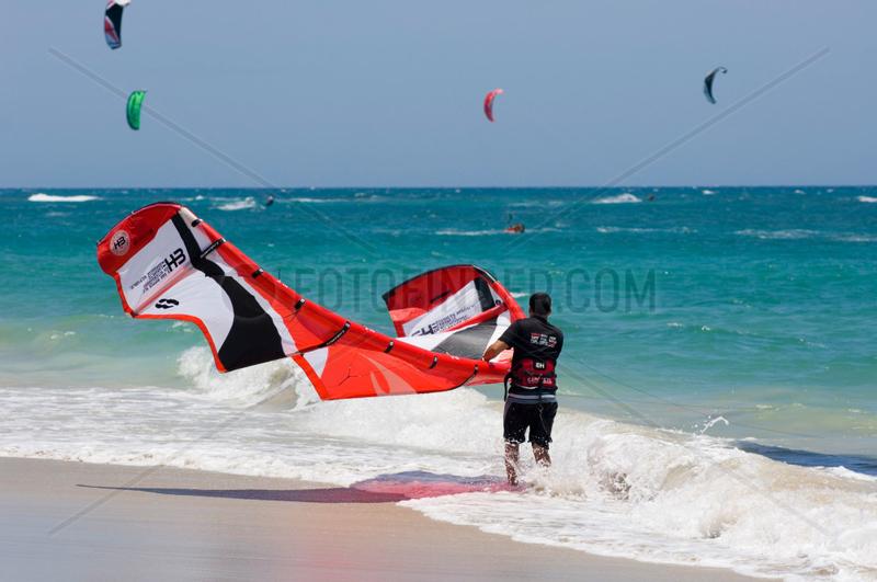 Cabarete,  Dominikanische Republik,  Kitesurfer am Strand
