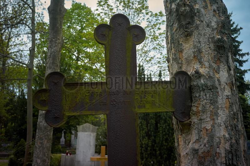 Berlin,  Deutschland,  Grabkreuz auf dem alten Domfriedhof der St. Hedwigsgemeinde