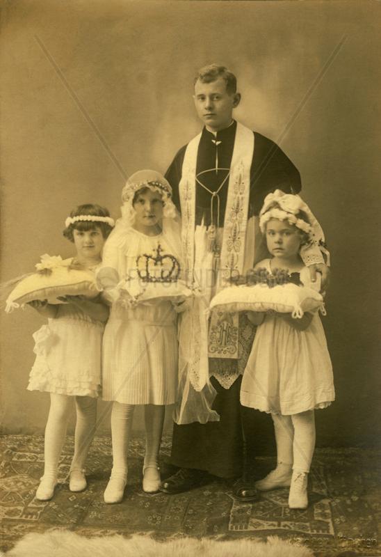 Erstkommunionkinder mit Priester,  1922