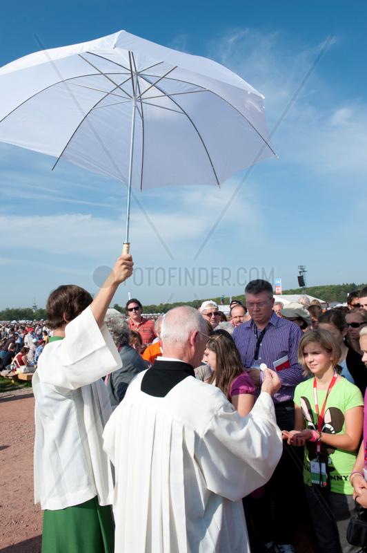 Freiburg,  Deutschland,  Geistliche waehrend der Messe von Papst Benedikt XVI.