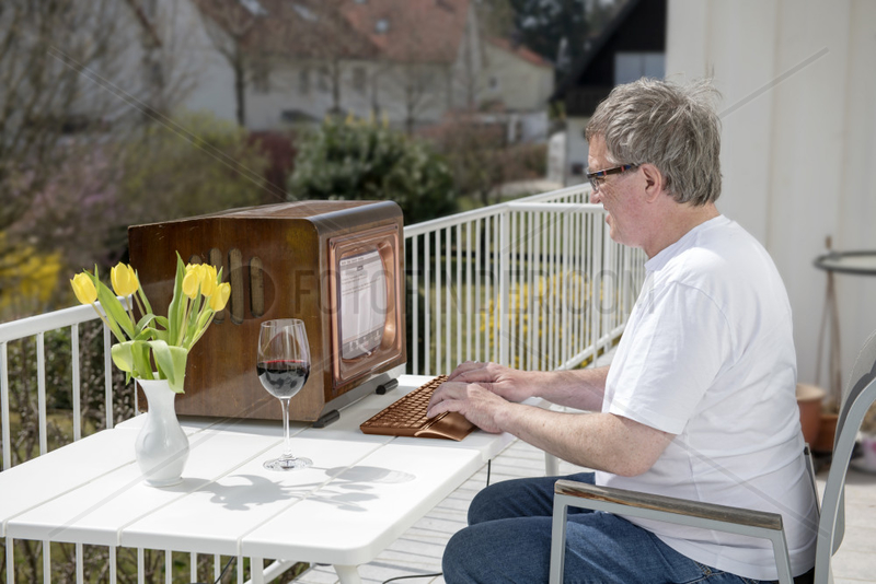 Mann arbeitet an uraltem Computer,  veraltete Technik