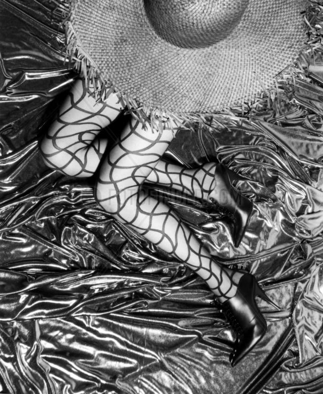 Frauenbeine Netzstruempfe Hut