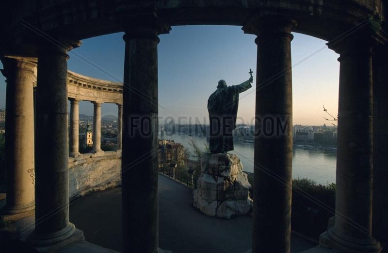 Gellért-Monument mit Blick auf die Donau