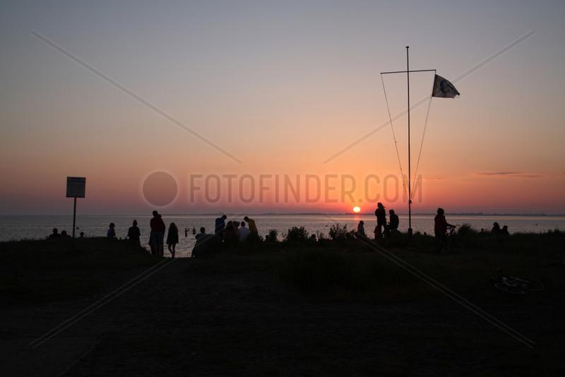 Strukkamp,  Deutschland,  Urlauber geniessen den Sonnenuntergang