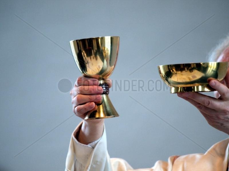 Katholischer Pfarrer in einer Messe