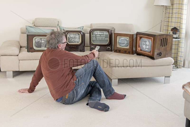 TV-Zuschauer zappt durch die Fernsehprogramme,  Humor