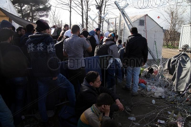 Fluechtlinge auf der Balkanroute vor einer Grenzkontrolle