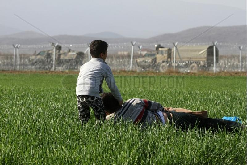Fluechtlinge vor dem mazedonischen Grenzzaun