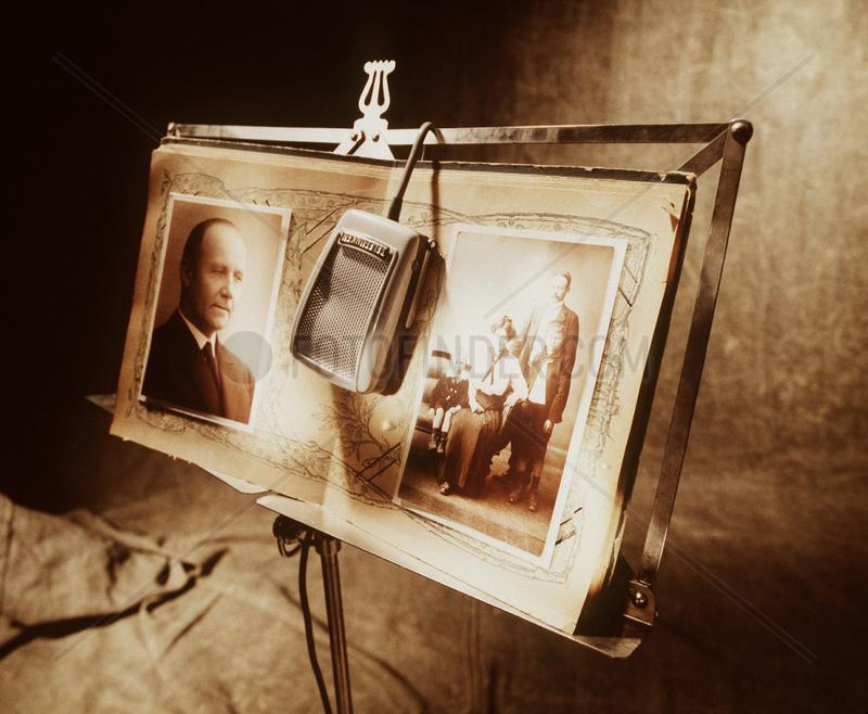 Hamburg,  Deutschland,  Mikrofon haengt ueber Notenstaender mit alten Fotos