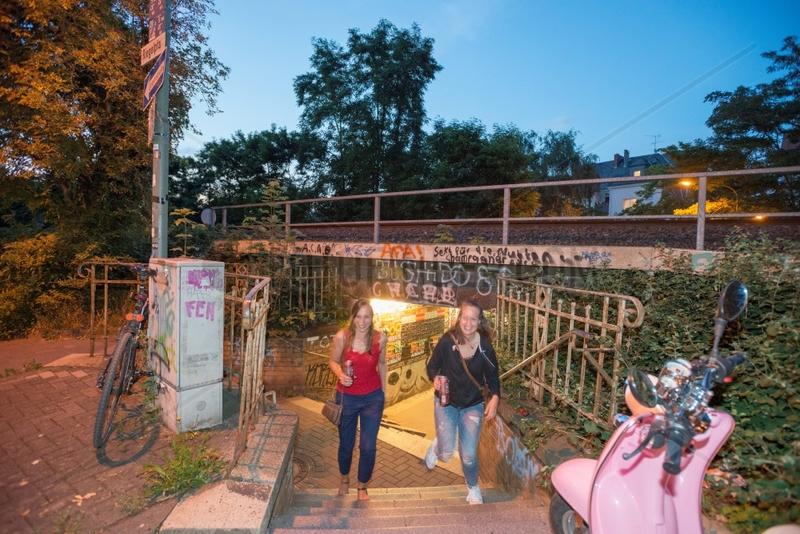 Graffiti Eisenbahnunterfuehrung im Abendlicht