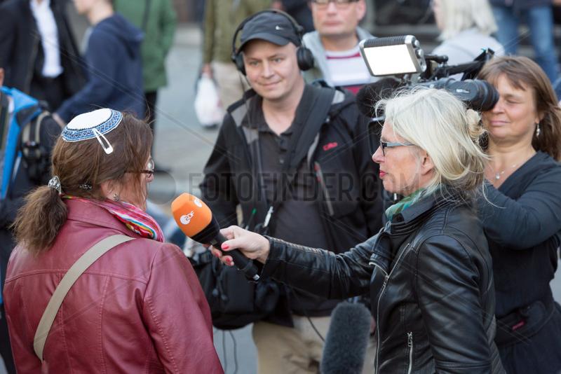 Berlin,  Deutschland - Solidaritaetskundgebung in Berlin unter dem Motto Berlin traegt Kippa .