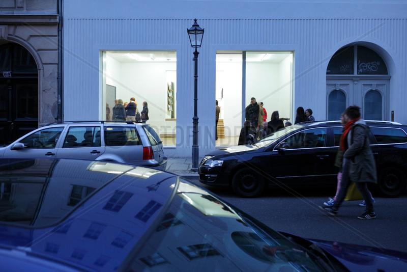 Berlin,  Deutschland,  Gallery Weekend,  Besucher einer Galerie in der Linienstrasse