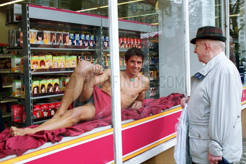 Berlin,  Deutschland,  ein leicht bekleideter Mann in einem Schaufenster
