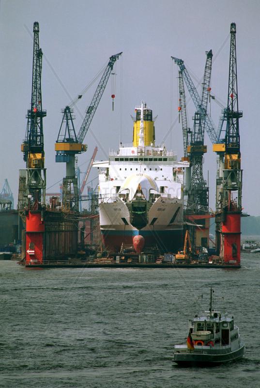 Schiff im Trockendock von Blohm und Voss