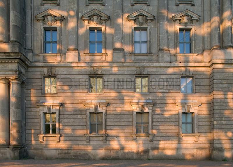 Berlin,  Lichtreflexe auf Sandsteinfassade