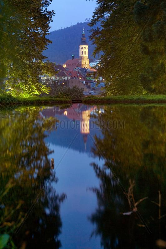 Baden-Baden,  Blick vom Michaelsberg ueber den Solmssee auf die Altstadt mit Stiftskirche bei Nacht