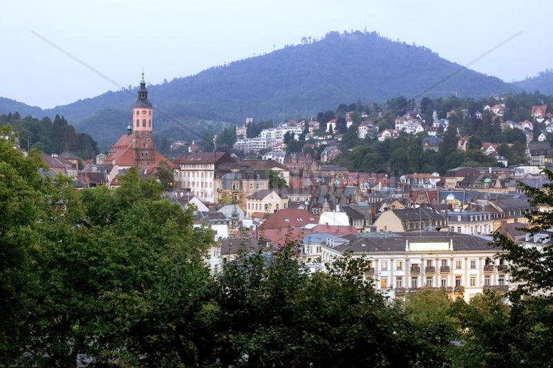 Baden-Baden,  Blick vom Michaelsberg auf die Altstadt mit Stiftskirche in der Daemmerung