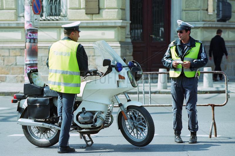 Zwei bulgarische Verkehrspolizisten einer Motorradstreife in der Innenstadt von Sofia