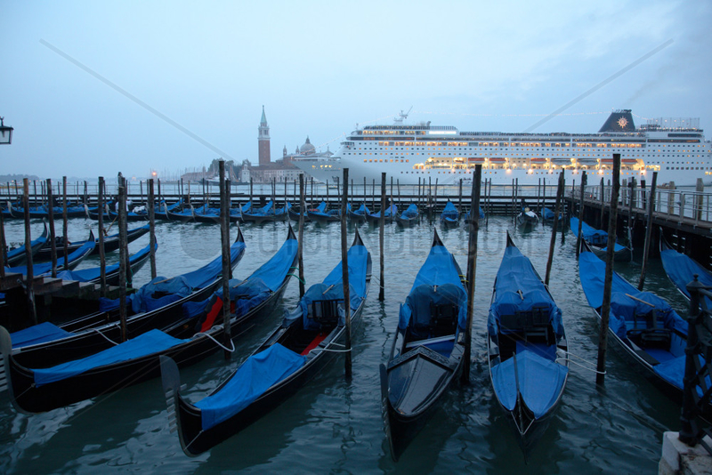 Venedig,  Gondeln und Kreuzfahrtschiff in der Abenddaemmerung