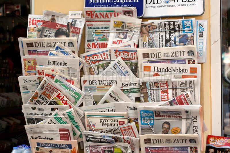 Zeitungen Angebot vor ein Kiosk