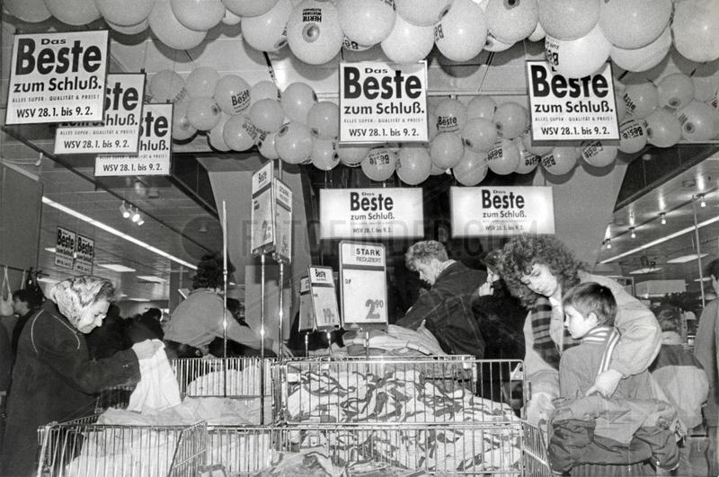 Winterschlussverkauf bei Hertie,  Berlin-Friedrichshain,  1991