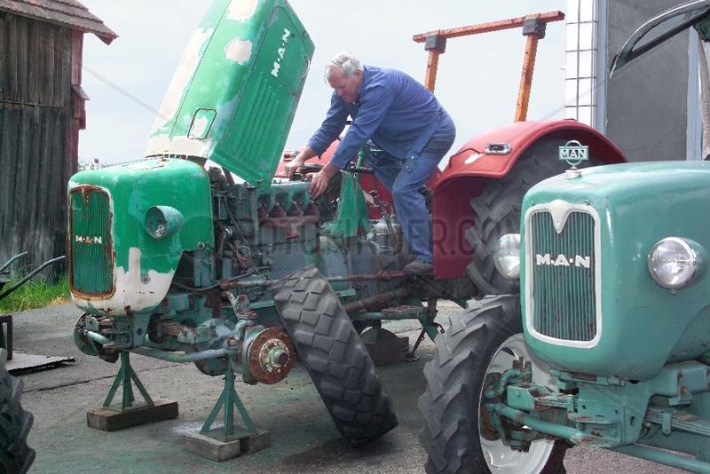 Reparatur eines alten Traktors