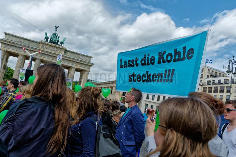 Berlin,  Deutschland,  Demo vor Petersberger Klimadialog