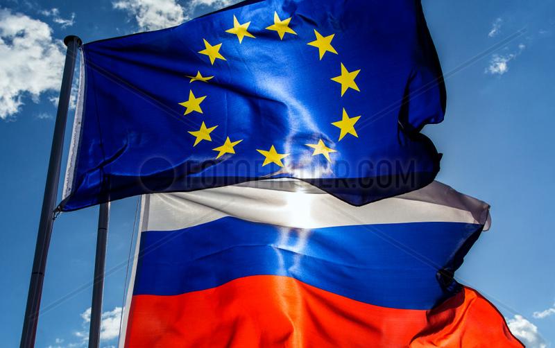 Berlin,  Deutschland,  Europaflagge und Flagge der Russischen Foederation wehen im Wind