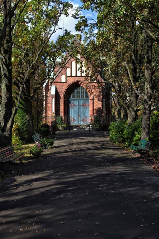 Berlin,  Deutschland,  neugotische Friedhofskapelle auf dem Friedhof Grunewald
