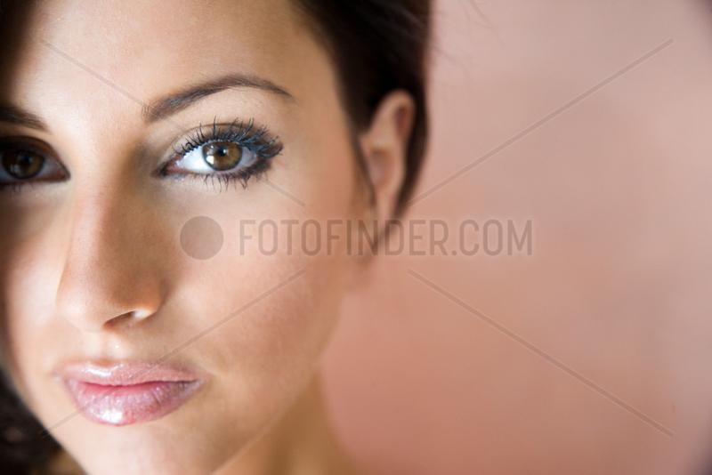 Freiburg,  Deutschland,  Portrait einer jungen Frau mit braunen Haaren