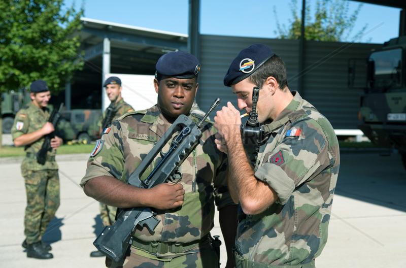 Muellheim,  Deutschland,  zwei franzoesische Soldaten der Robert-Schuhmann-Kaserne