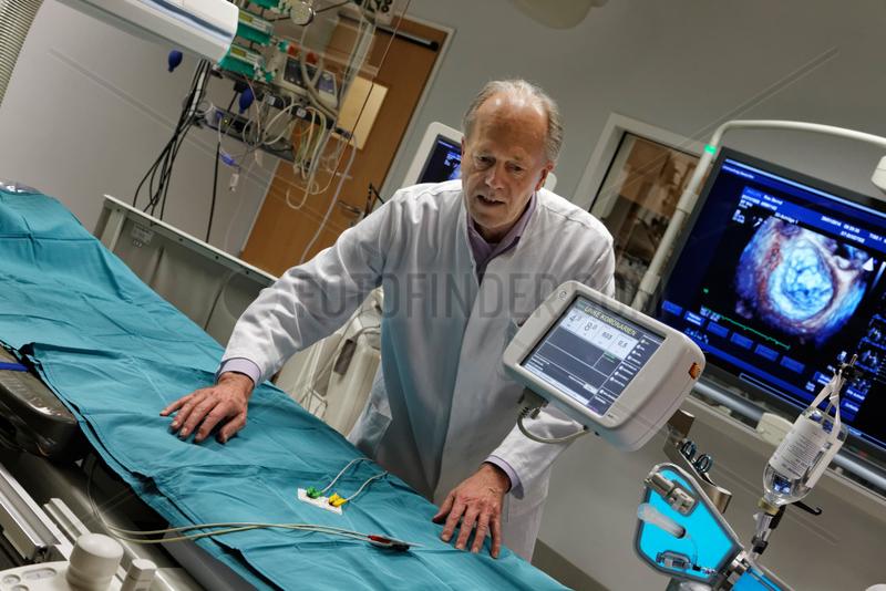 Berlin,  Deutschland,  Prof. Dr. Dietrich Andresen,  Chefarzt des Vivantes Klinikum Am Urban,  im Hybrid-OP