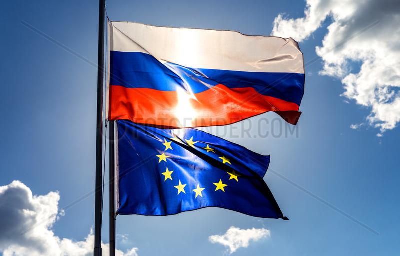 Berlin,  Deutschland,  Flagge der Russischen Foederation und Europaflagge wehen im Wind