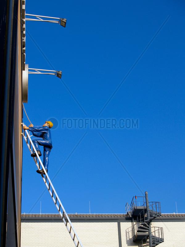 Mann auf Leiter