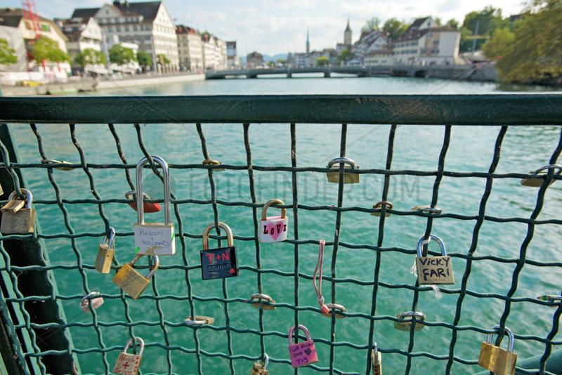 Zuerich,  Schweiz,  Liebesschloesser an der Muensterbruecke