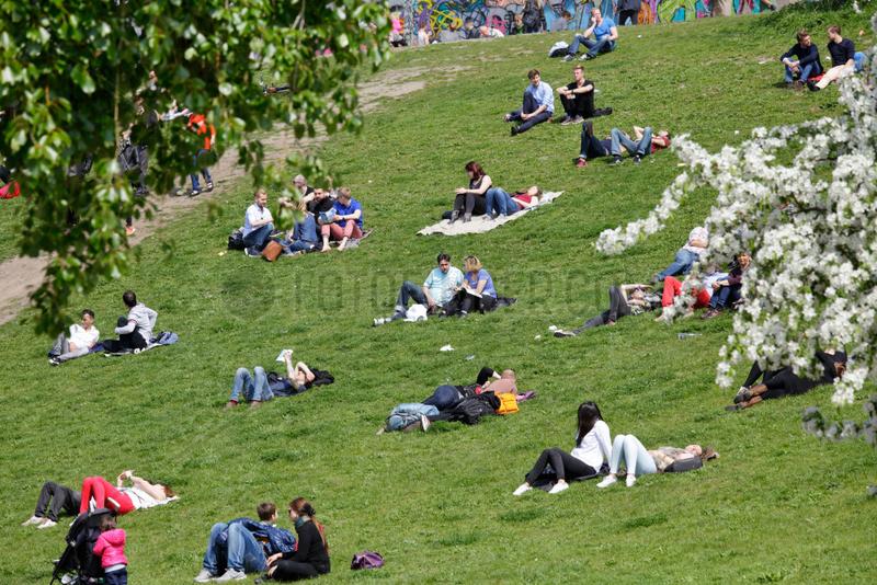 Berlin,  Deutschland,  Besucher im Mauerparks in Berlin-Prenzlauer Berg
