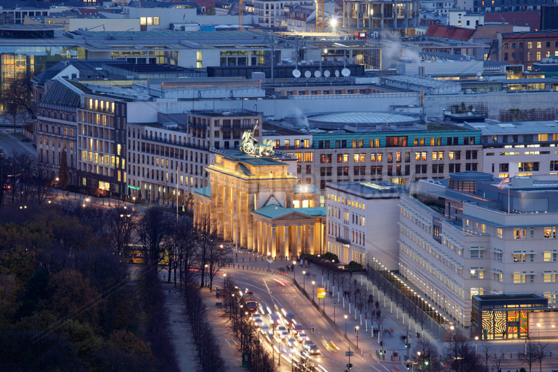 Berlin,  Deutschland,  Blick auf das Brandenburger Tor am Abend