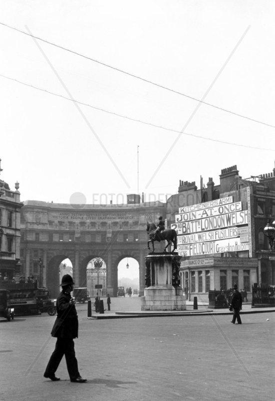 Admiralty Arch,  London,  viewed from Trafalg