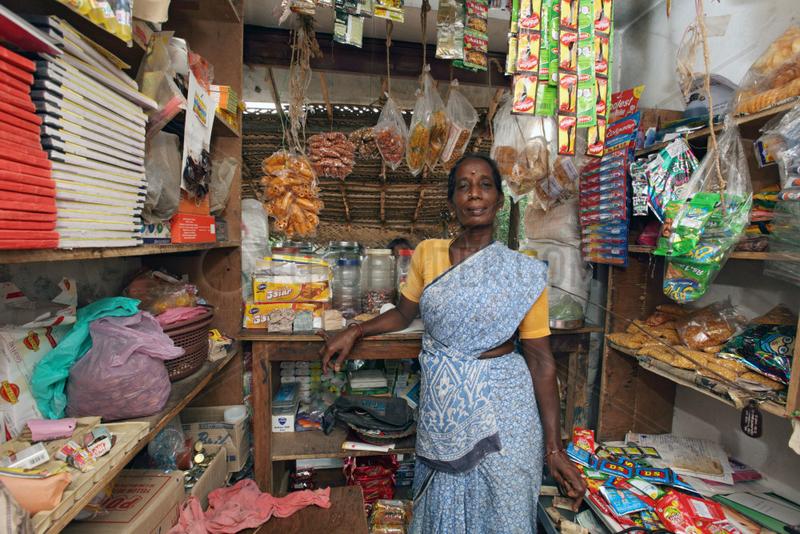 Samiyarpettai,  Indien,  eine Verkaeuferin in ihrem Kiosk