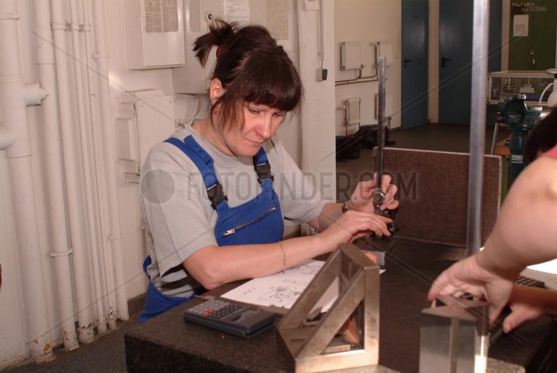 Auszubildende bei der Arbeit mit Metall