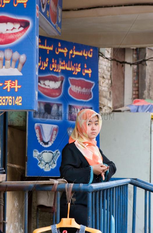 Strassenszene: Muslimin mit Kopftuch   female muslim with kerchief