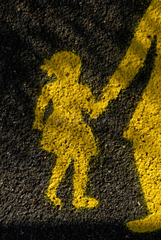 Gelbes Mutter und Kind Zeichen auf einer nassen Strasse in der Schweiz in Bern.
