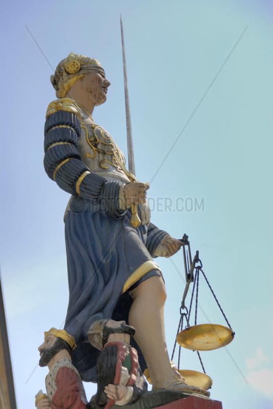 Justizia auf dem Gerechtigkeitsbrunnen in Neuenburg / Neuchatel.