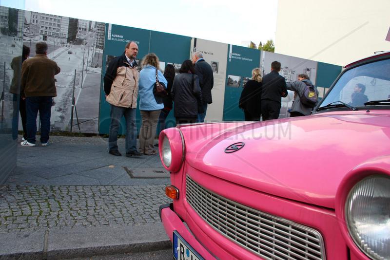 pink Trabbi am Checkpoint Charlie