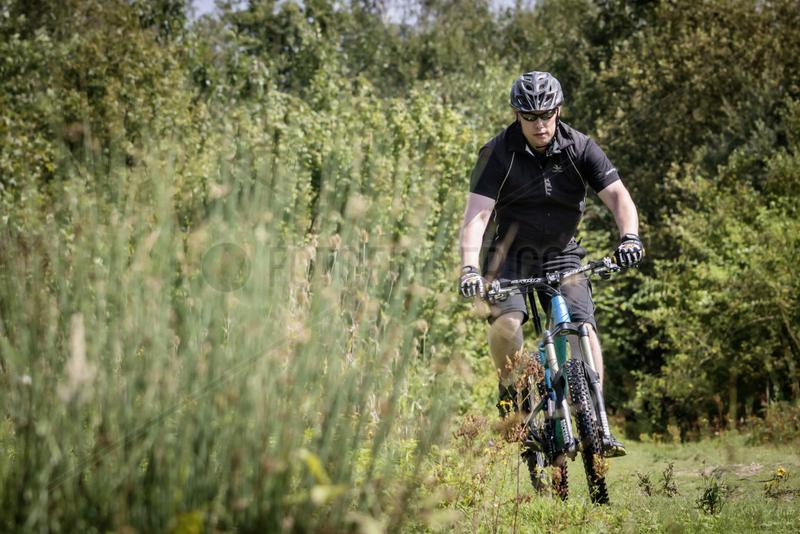 Radfahren in Muenster - Marc Boltz,  Fahrradmechaniker,  mit seinem Mountainbike der Marke Carver